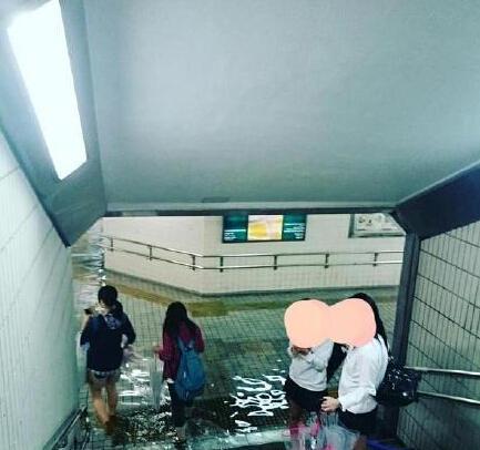 台风过后倒灌的积水,日本静岡浜松市的地下通道直接变成了清澈见底的游泳池