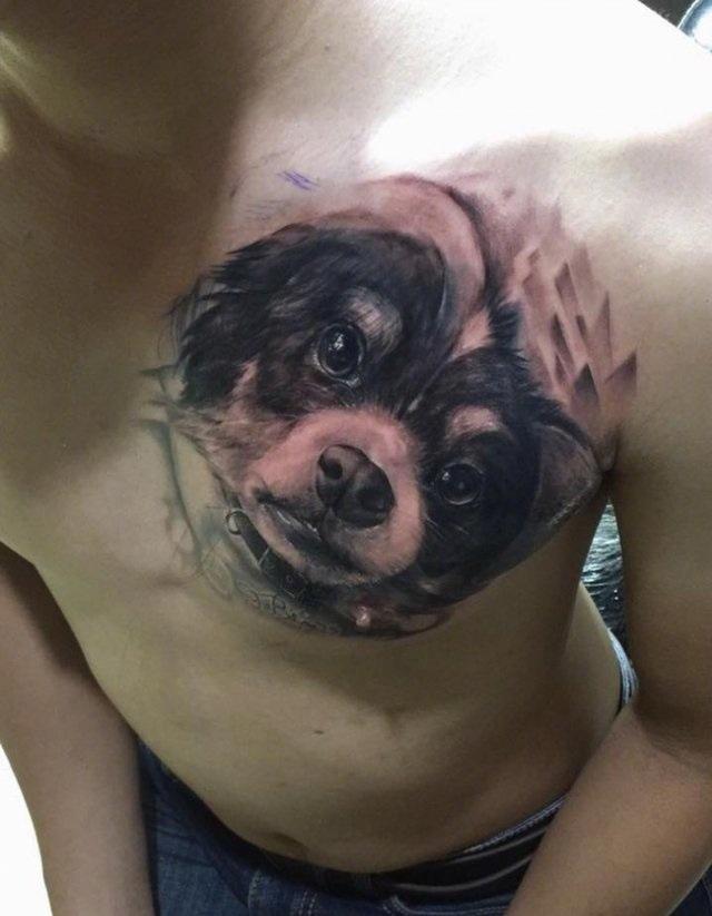 泰国一网友在和女朋友分手后,将原本胸口的女友头像纹身改纹成狗……