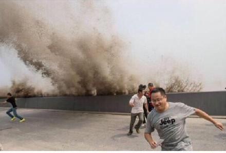 钱塘江观潮中逃命的人们…为啥都一脸欢乐笑容啊哈哈哈哈哈哈哈哈是心有多大