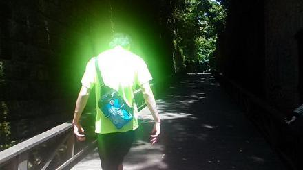 岛国一哥们带着老弟去无人岛上玩,然后发现穿着荧光色T恤的老弟,仿佛汇集了整个岛屿的力量……强大起来自己都怕