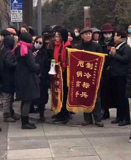 西安某小区暖气不热,居民给热力公司送锦旗。
