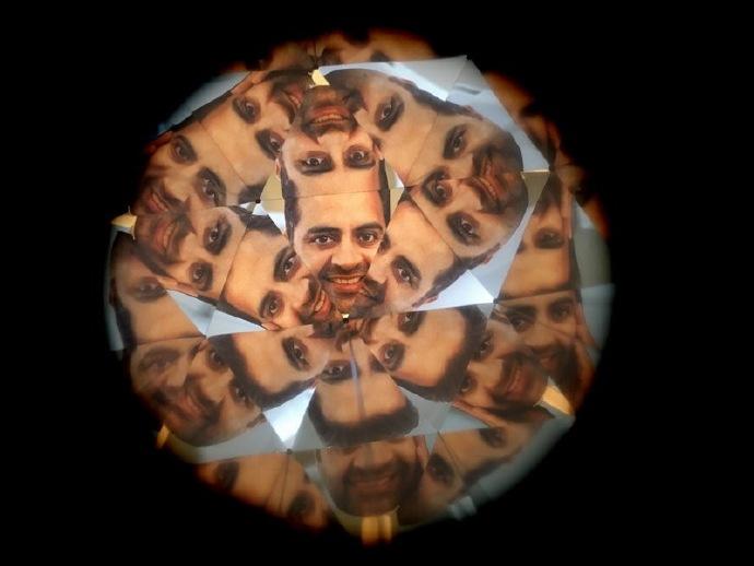"""针对猫眼坏了以后留下的小洞洞会被偷窥的问题,日推博主ARuFa给出的生活小妙招是:在门内测小洞洞上粘一个万花筒,然后在尽头立一个目光炯炯的印度人照片。这样谁窥探你的话,就会得到图4这种""""百倍奉还""""的效果…"""