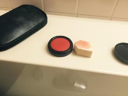 岛国一姐们开心地化完了整个腮红,对着镜子臭美时,才猛然发现……涂得是印泥
