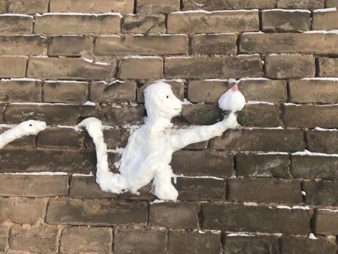 这位朋友拍到的,一位老爷爷,用雪在墙上堆出了十二生肖
