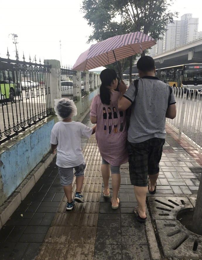 刚才下雨在路上看到的亲爹亲妈系列……