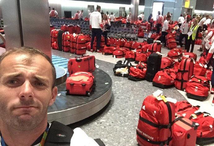 英国奥运代表团回到英国…….取托运行李的那一刻….. 懵逼了