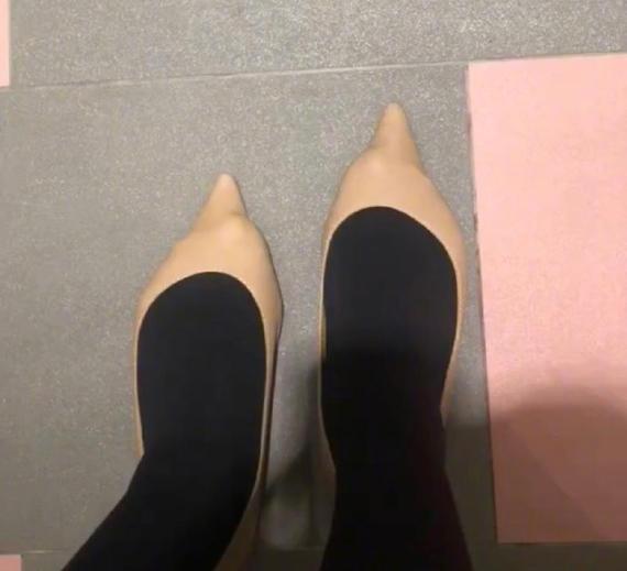 请问这种情况是鞋子的问题还是脚的问题???