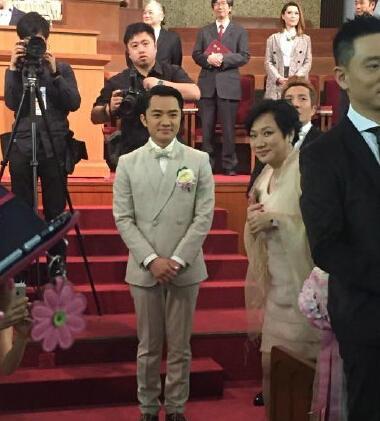王祖蓝跟他妈妈神同步的表情,简直一毛一样!太像了!